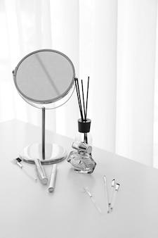 Set dekorativer kosmetik und spiegel auf schminktisch