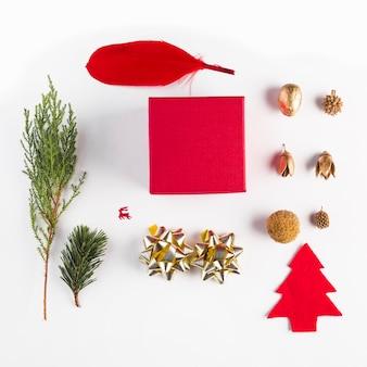 Set der geschenkbox, der spule, der eicheln und der koniferenzweige