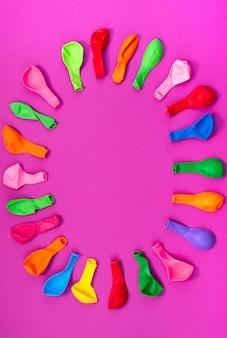 Set farbige ballone auf rosa hintergrund