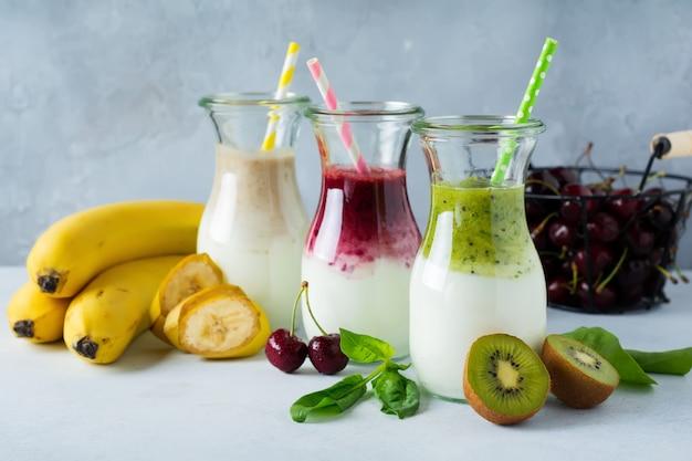 Set frische smoothies. banane, kirschen, kiwi und spinat für gesunde ernährung, entgiftung, diätkost