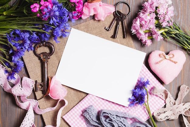Set für handarbeit - alte schlüssel, blumen, stoff, spitze und leeres etikett