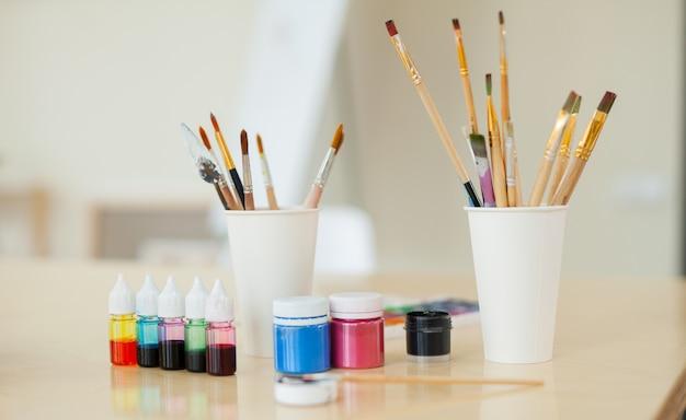 Set für kreativität bestehend aus farben und pinseln