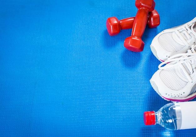 Set für sportliche aktivitäten auf fliesenboden.