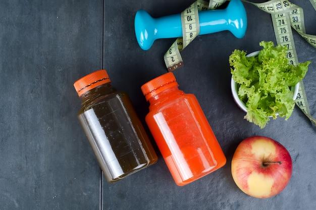 Set für sportliche aktivitäten und flaschensaft