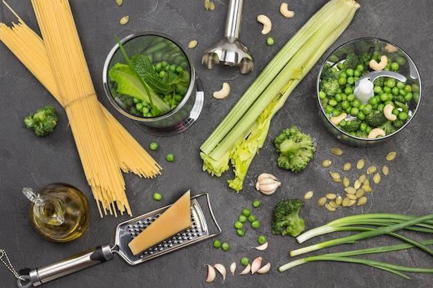 Set gemüse auf dem tisch und in der mixschüssel