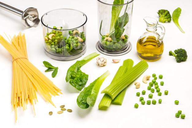 Set gemüse und nudeln mixer schüssel mit gemüse