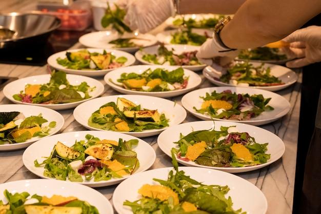 Set gerichte der gebratenen zucchini mit kräutern und weichkäse. kochen in einem restaurant