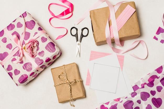 Set geschenkboxen in der nähe von papieren und scheren