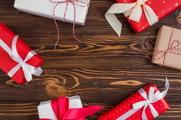 Set geschenkboxen mit bändern und fäden