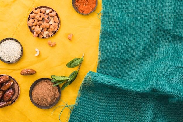 Set gewürze in der nähe von trockenfrüchten und nüssen