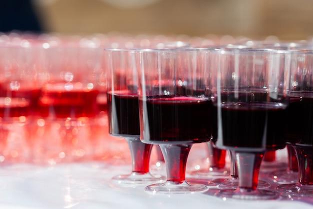 Set gläser mit rotwein. verkostung von wein