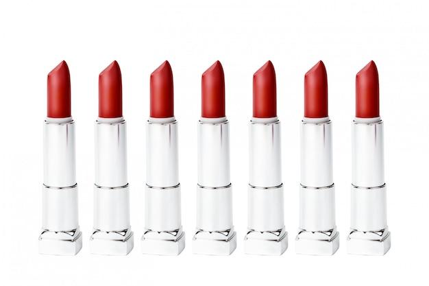 Set gleiche rote lippenstiftgefäße getrennt auf weiß