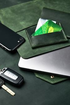 Set handgefertigter lederwaren, schlüsselanhänger, geldbörse, geldbörse, notizblock, handbuch. handgefertigte lederwaren, nahaufnahme.