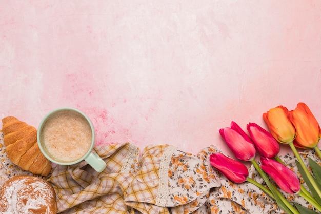 Set kaffeepause mit bouquet von tulpen