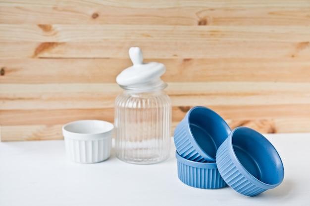 Set keramikgeschirr: kleine teller und glas auf holztisch