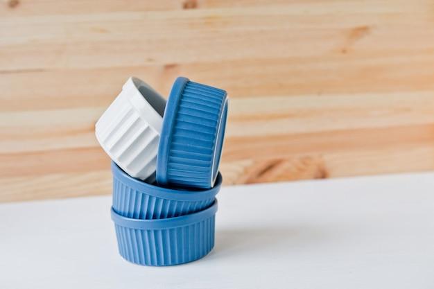 Set keramikgeschirr. teller und geschirr zum servieren eines festlichen tisches