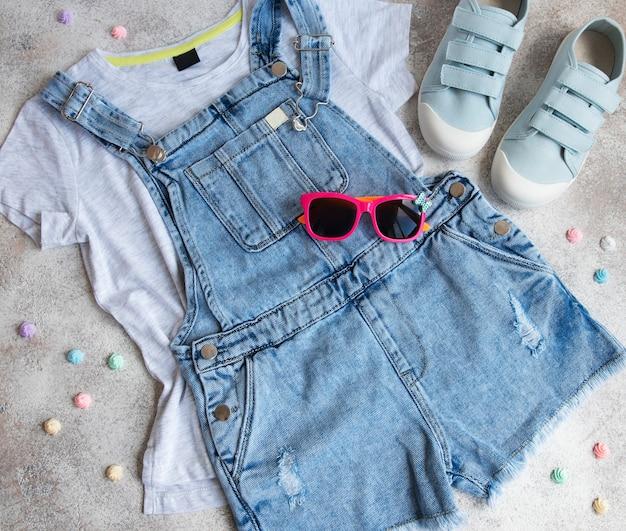 Set kinderkleidung das konzept des online-shoppings