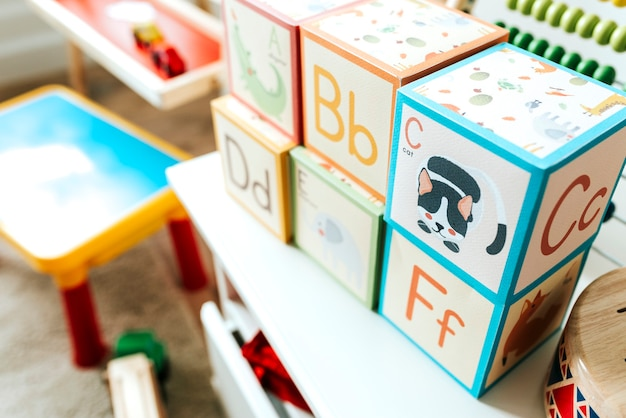 Set kinderspielzeug auf einem weißen regal
