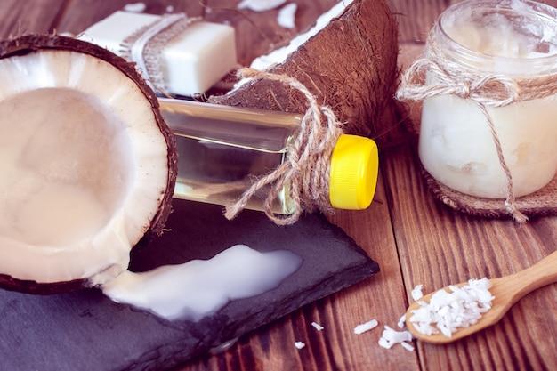 Set kokosnussprodukte für die haarpflege und den körper