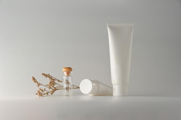 Set kosmetische produkte auf einem weißen hintergrund.