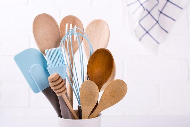 Set küchenutensilien, holz und silikon, freier kopierplatz. nahansicht