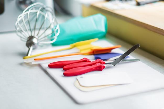 Set mehrfarbige silikonspatel, küchenutensilien. süßes gebäck, rezepte, kochen