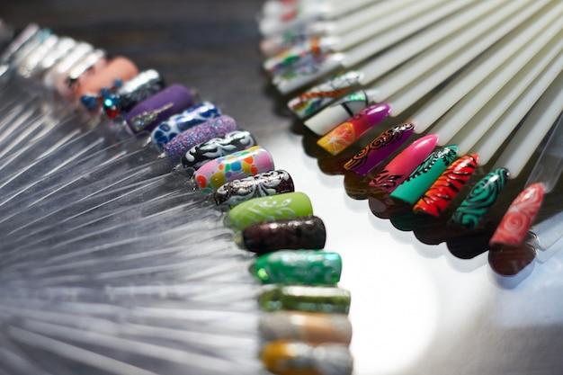 Set mehrfarbiger nagel in cabinet nageltechniker