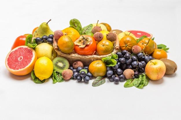 Set mit abwechslungsreichen, mehrfarbigen exotischen früchten