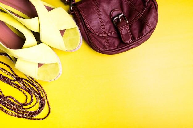 Set mit accessoires für die frau zur sommersaison,