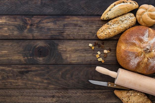 Set mit bäckerei nudelholz und messer