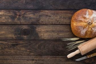 Set mit Brot Nudelholz und Messer