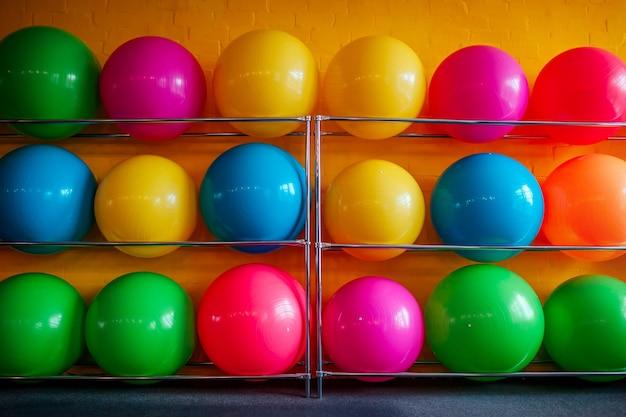 Set mit bunten fitnessbällen im fitnessstudio