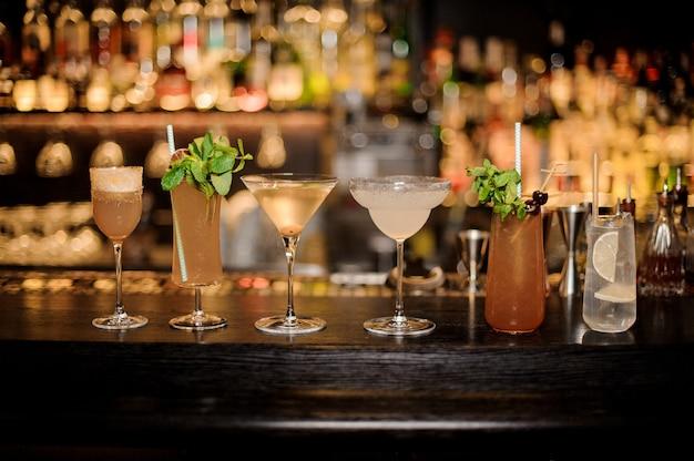 Set mit klassischen cocktails, margarita, cobras fang und tom collins