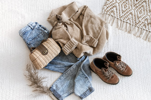 Set mit modischen damenjeans und einem pullover.