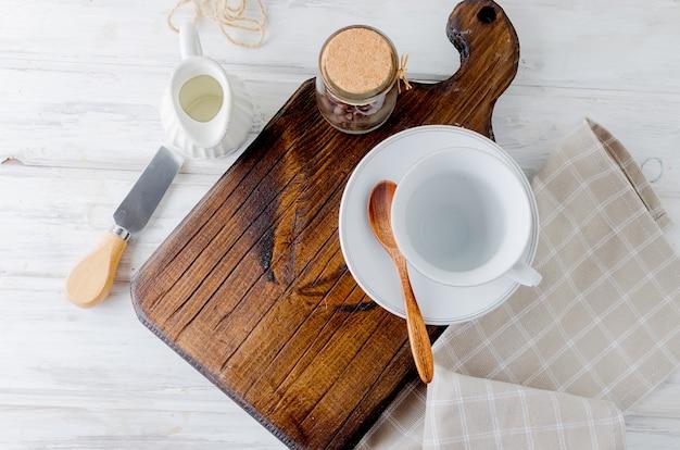 Set mit utensilien für kaffee, eine tasse, einen milchmann und eine dose kaffeebohnen