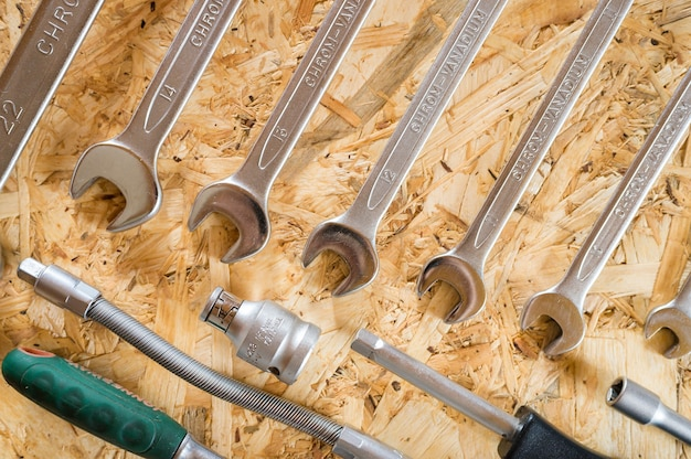 Set mit verschiedenen reparaturhandwerkzeugen oder werkzeugen für automechaniker. reparatur-toolkit. ausrüstung für das bauen. hölzerner hintergrund, muster, draufsicht