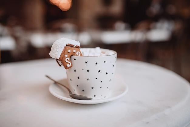 Set mit weißer tasse für mock-up. die tasse mit der weihnachtsdekoration und keks am rand