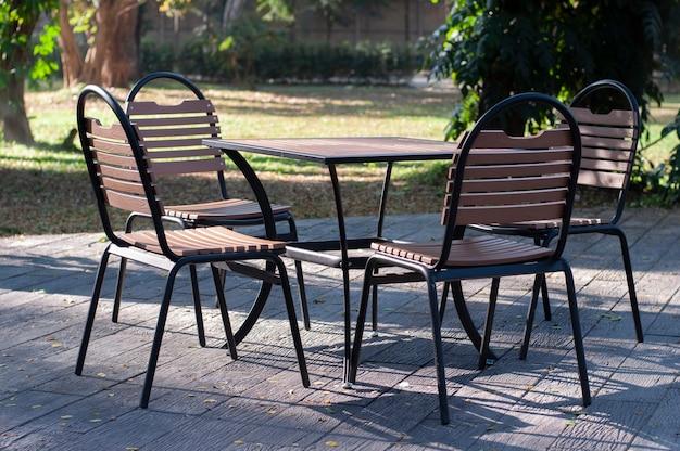 Set möbel, tisch und stühle für party im freien.