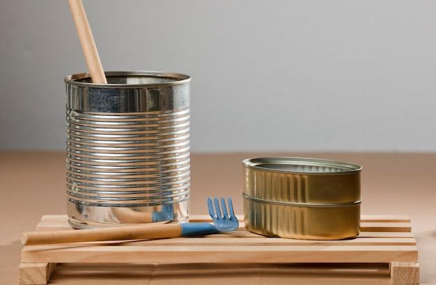 Set recycelter dosen auf holzbrettern brauner tisch