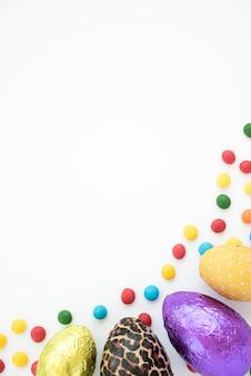 Set schokoladeneier und helle süßigkeiten