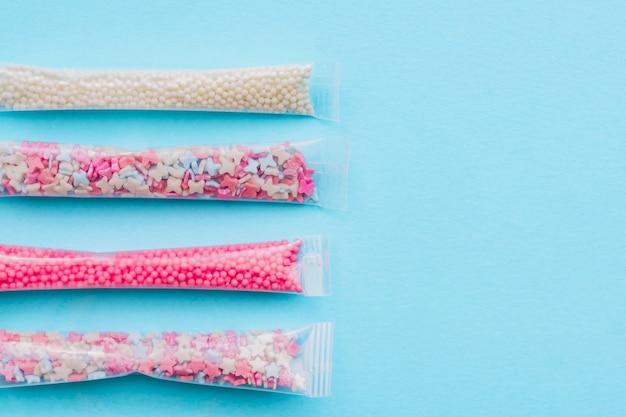 Set shugar-streusel in den farben weiß, rosa und blau in sha [e aus sternen, kugeln und schmetterlingen. dekoration für kuchen und bäckerei.