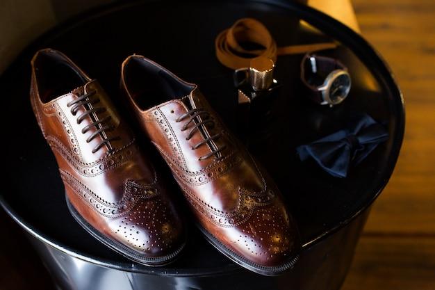 Set stilvolle modekleidung und accessoires für herren
