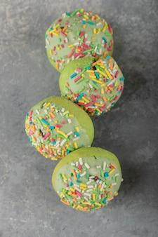 Set süße donuts mit streuseln.
