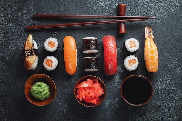 Set sushi und maki auf steintabelle. draufsicht mit textfreiraum