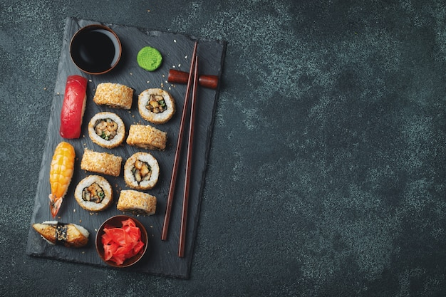 Set sushi und maki auf steintabelle.