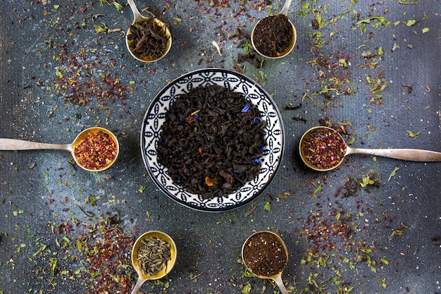Set tee auf den vintage bestecklöffeln, verschiedene von tee, schwarz, blumen, grün und minztee