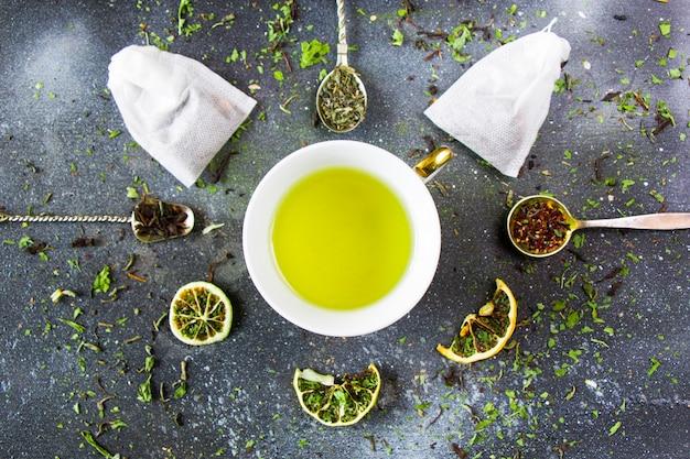 Set tee auf den vintage bestecklöffeln, verschiedene von tee und tasse tee