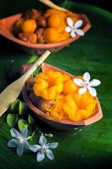 Set thai süßigkeiten dessert aus ei und zucker