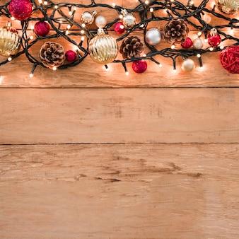 Set verschiedene Weihnachtsbälle zwischen Lichterketten