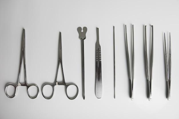 Set von chirurgischem material.